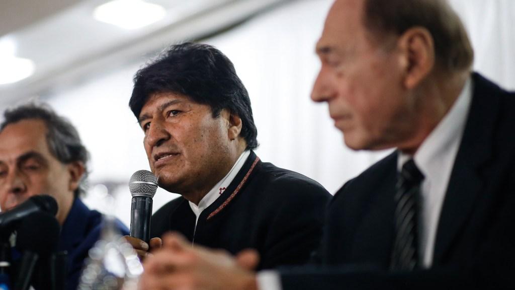 Evo Morales presenta al equipo que lo asesorará contra demandas - Evo Morales junto a Eugenio Raúl Zaffaroni, juez de la Corte Interamericana de Derechos Humanos. Foto de EFE