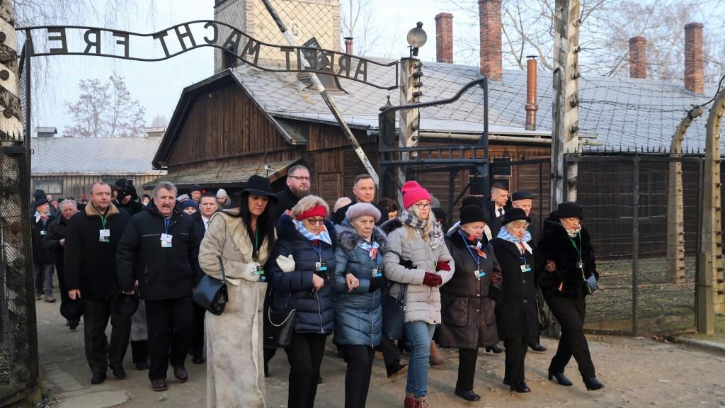 Sobrevivientes y líderes mundiales conmemoran liberación de Auschwitz - Exprisioneros, el presidente polaco Andrzej Duda y el director del Museo Estatal Auschwitz-Birkenau, Piotr Cywinski, llegan a la Puerta de la Muerte del antiguo campo de Auschwitz II-Birkenau. Foto de EFE