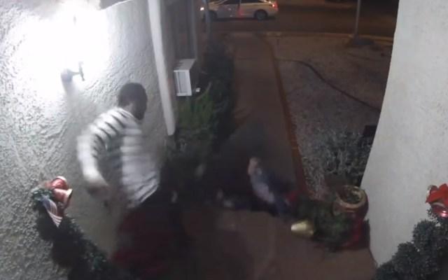 #Video Hombre da brutal golpiza a su pareja en Las Vegas - Hombre patea a su pareja en Las Vegas. Captura de pantalla