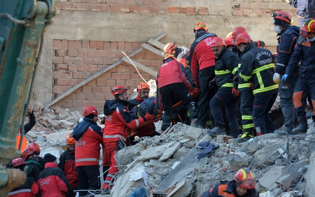 Aumenta a 35 número de muertos por temblor en Turquía - Labores para rescatar a personas bajo los escombros por temblor en Turquía. Foto de EFE