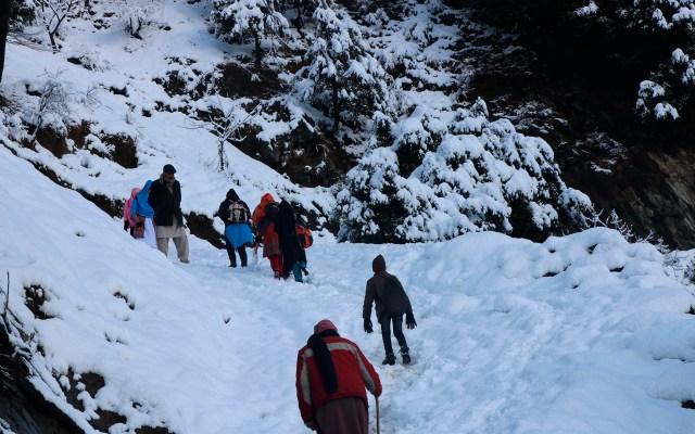 Avalanchas y nevadas en Cachemira dejan 71 muertos - Las operaciones de rescate de personas en Cachemira se han visto retrasadas por el mal clima. Foto de EFE