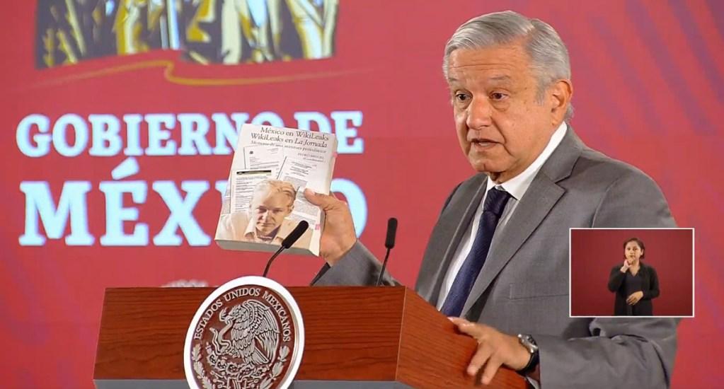 López Obrador desea que se perdone y libere a Julian Assange - López Obrador con libro de Julian Assange. Captura de pantalla