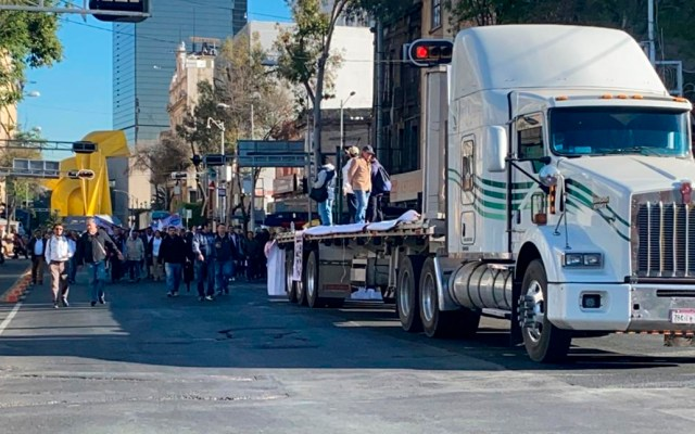 #Video Manifestantes marchan de Torre de Pemex a la Segob - Marcha de gremios petroleros hacia la Segob. Foto de @Sn_MediaGroup