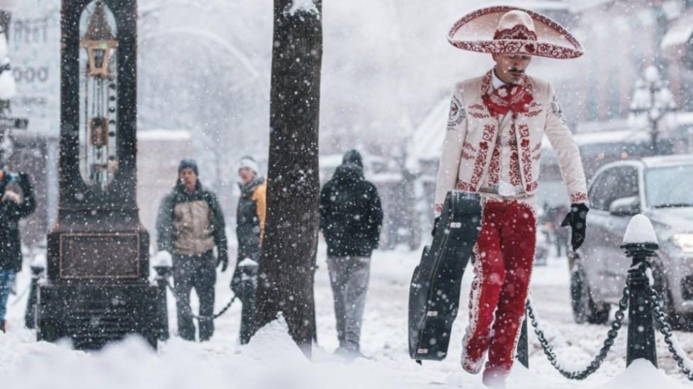 Se hace viral foto de mariachi caminando en la nieve - Foto de @bananacamphoto