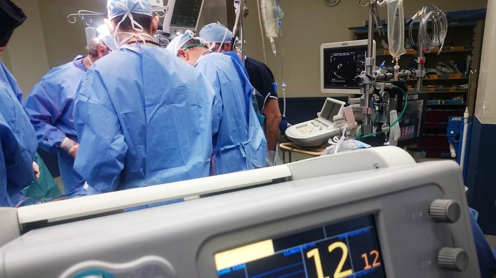 Senadores de Morena prometen vigilar operación del Insabi - Médicos en intervención quirúrgica. Foto de Natanael Melchor / Unsplash