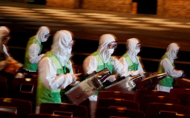 OMS activa alerta mundial en hospitales por nuevo coronavirus - Miembros de una brigada de salud fumigaban un teatro para evitar la extensión del MERS en junio de 2015, en Seúl. Foto de EFE / Archivo