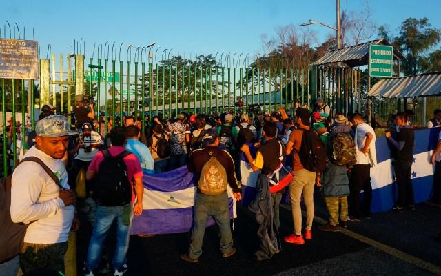 Caravana migrante dirige carta a AMLO para cruzar México; Segob responderá - Migrantes apostados en frontera de Guatemala con Chiapas. Foto de EFE