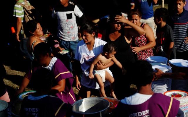 Migrantes aguardan en campamentos de Guatemala para cruzar a México - Migrantes hondureños esperan para recibir desayuno en un albergue improvisado, en un terreno baldío de una iglesia, este domingo, en la ciudad fronteriza de Tecún Umán, Guatemala. Foto de EFE