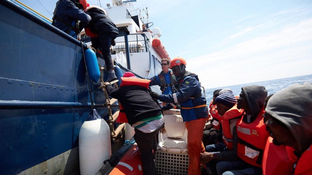 Más de 300 migrantes murieron en el Mediterráneo entre octubre y diciembre - Migrantes rescatados en el Mediterráneo. Foto de Fabian Heinz / sea-eye.org