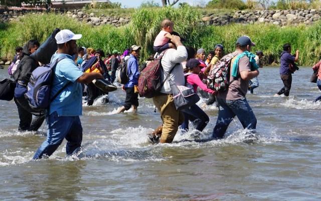 Cientos de migrantes cruzan en grupo el río Suchiate - Foto del segundo intento de migrantes centroamericanos que partieron la semana pasada de sus países de cruzar hacia México desde Guatemala. Foto de EFE/ Juan Manuel Blanco /Archivo.
