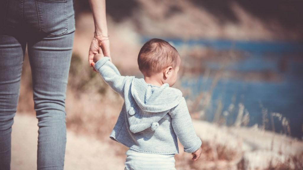Adopción en México, una carrera de obstáculos con escaso éxito - Mujer con bebé. Foto de Guillaume de Germain / Unsplash