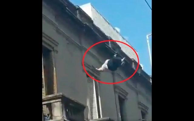 #Video Mujer se arroja de azotea en Argentina tras discusión con su pareja - Mujer se lanza de edificio en Argentina. Captura de pantalla