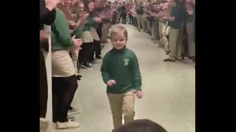 #Video Niño que venció al cáncer recibe ovación en su escuela - Niño escuela cáncer Ohio 2