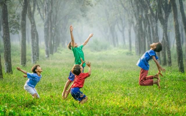 Niños mexicanos se ejercitan 19 minutos al día; OMS recomienda 60 - Foto de Robert Collins para Unsplash