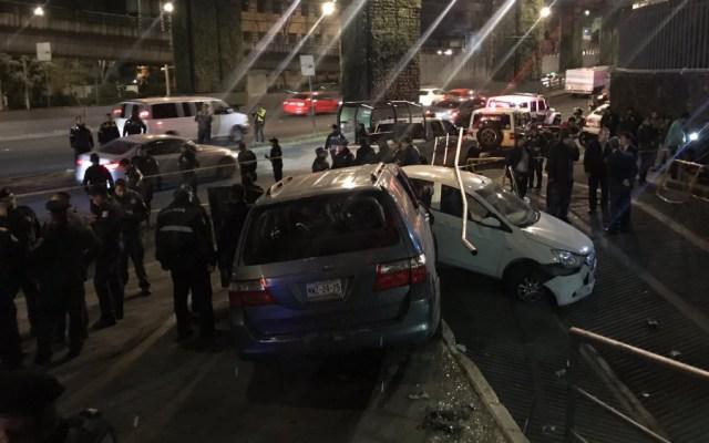 Un muerto y dos lesionados tras persecución y balacera en Periférico - Foto de @A_marquez7
