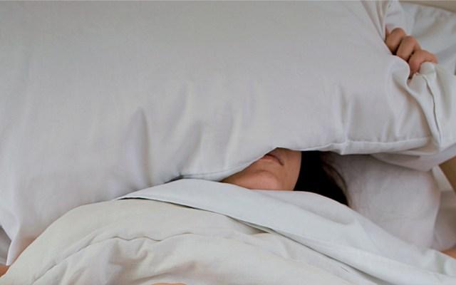 Menos de la mitad de la población en México se ejercita - Persona durmiendo. Foto de twinsfisch / Unsplash