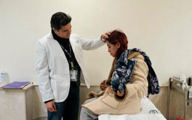 #Video IMSS salva a mujer herida por bala perdida en la cabeza - Revisión médica de mujer a quien bala perdida la impactó en la cabeza. Foto de IMSS