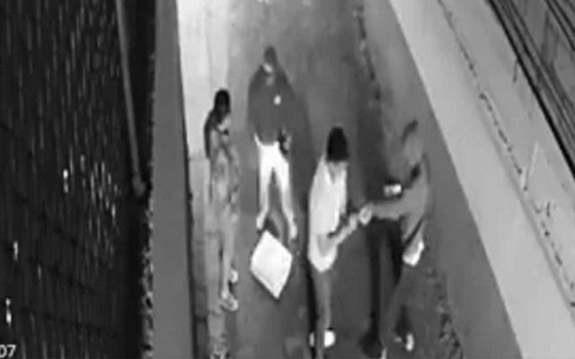 #Video Asaltan a punta de pistola a pareja en callejón de la alcaldía Coyoacán - Asaltan a punta de pistola a pareja en callejón de la alcaldía Coyoacán