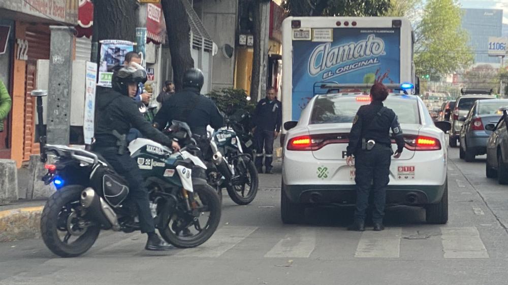 #Video Policías de la CDMX agreden al portero Alfredo Saldívar y su esposa - Foto de @Marianagrl