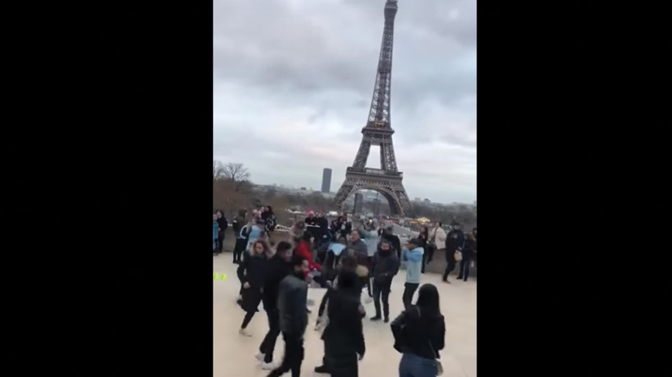 #Video Mexicanos bailan 'La Chona' frente a la torre Eiffel - Captura de pantalla
