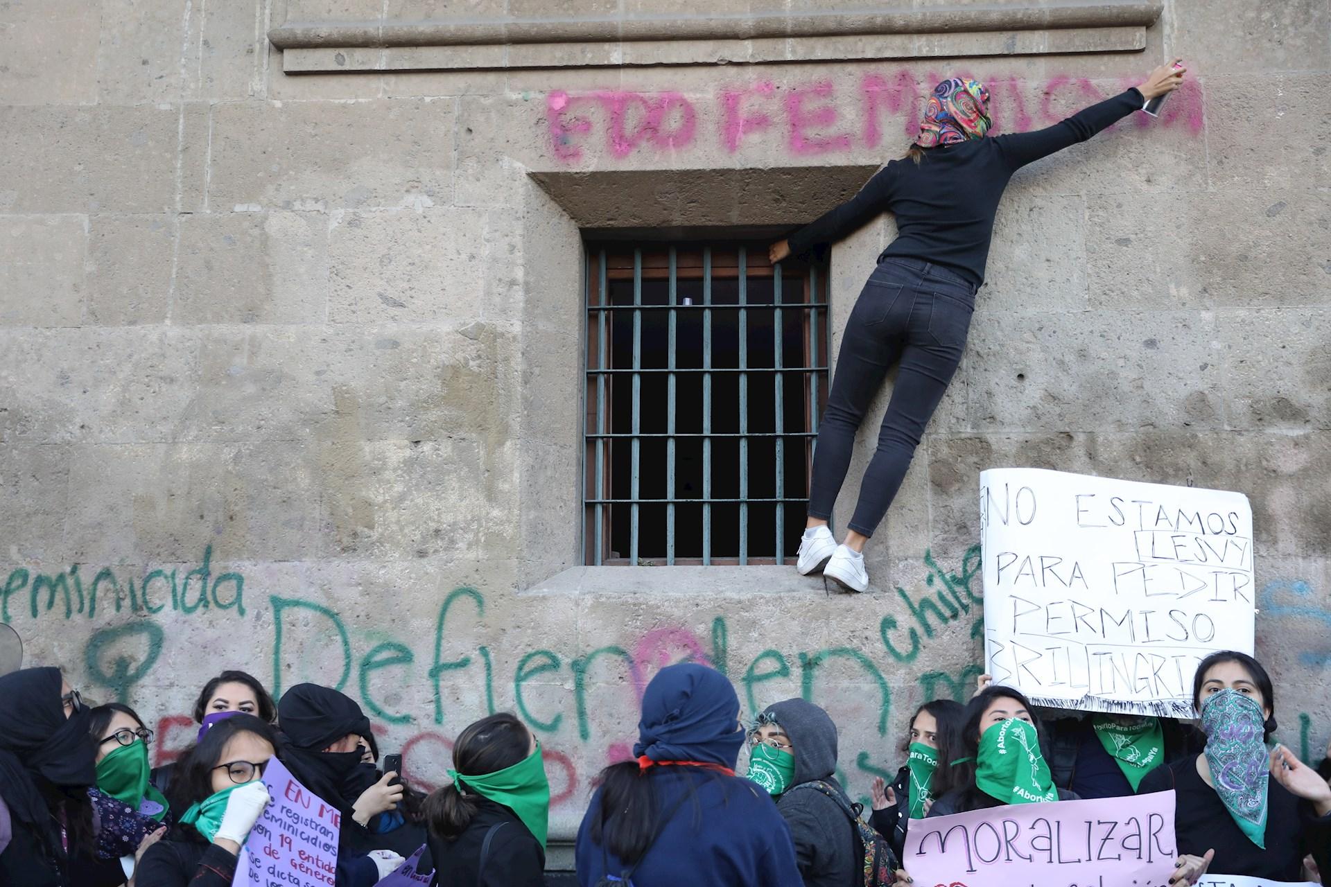 Colectivos y organizaciones feministas prenden una fogata en forma de protesta este martes frente al Palacio Nacional por la muerte de Fátima. Foto de EFE/ Sáshenka Gutiérrez.