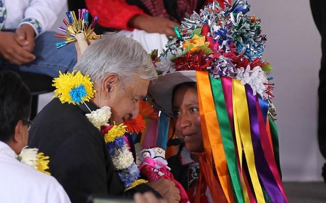 'No pierdas el respeto del pueblo', pide mujer indígena a López Obrador - Andrés Manuel López Obrador de gira en Amealco, Querétaro. Foto de Notimex.