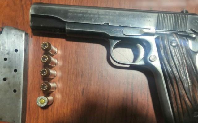 Detienen en Edomex a tres con arma de uso exclusivo del Ejército - Arma decomisada a tres hombres en Nezahualcóyotl. Foto de @SS_Edomex