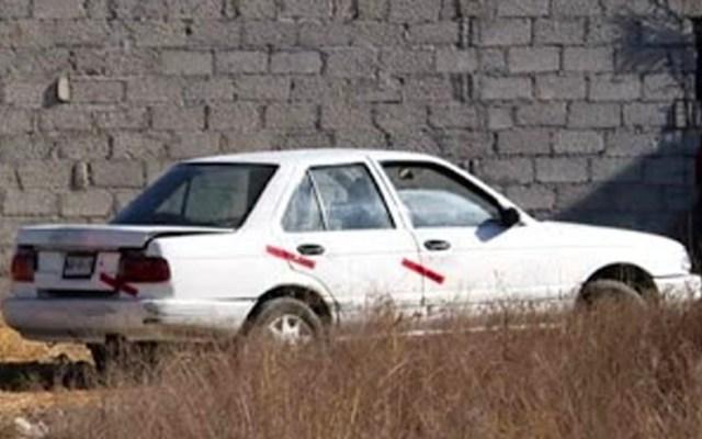 Encuentran a dos hombres asesinados dentro de auto en Ecatepec - Vecinos de la colonia Santo Tomás Chiconautla fueron quienes descubrieron los cadáveres, luego de asomarse al interior del auto tipo Tsuru