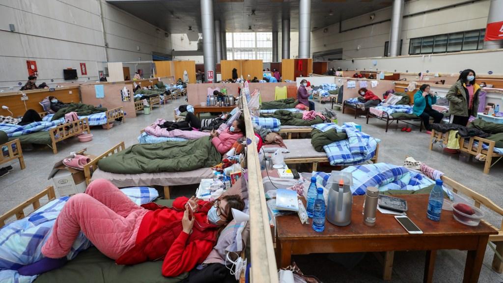 Covid-19 es la crisis de salud más grave de China, sentencia Xi Jinping - Atención de personas enfermas por Covid-19. Foto de EFE