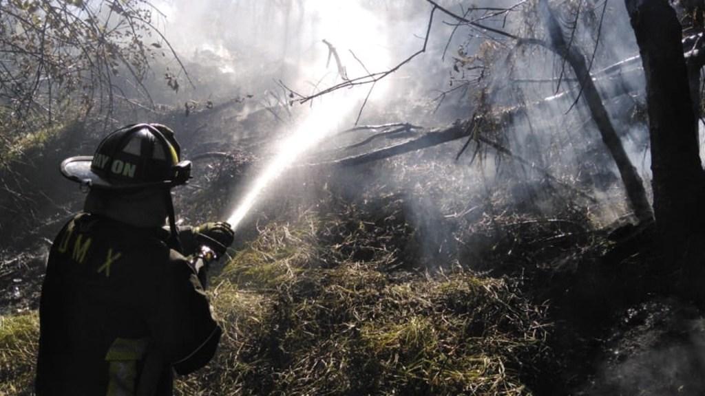 Incendio consume pasto en la tercera sección del Bosque de Chapultepec - Foto de Bomberos CDMX