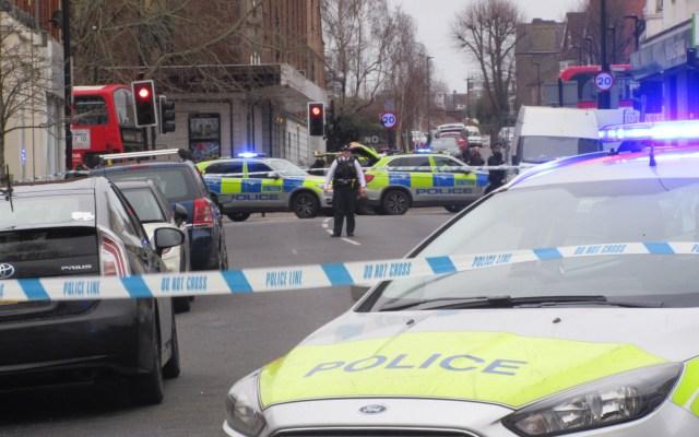 Policía de Londres abate a sujeto en incidente relacionado al terrorismo - Calle cerrada por las autoridades en Streatham, Londres. Foto de @Jeremy_Clyne