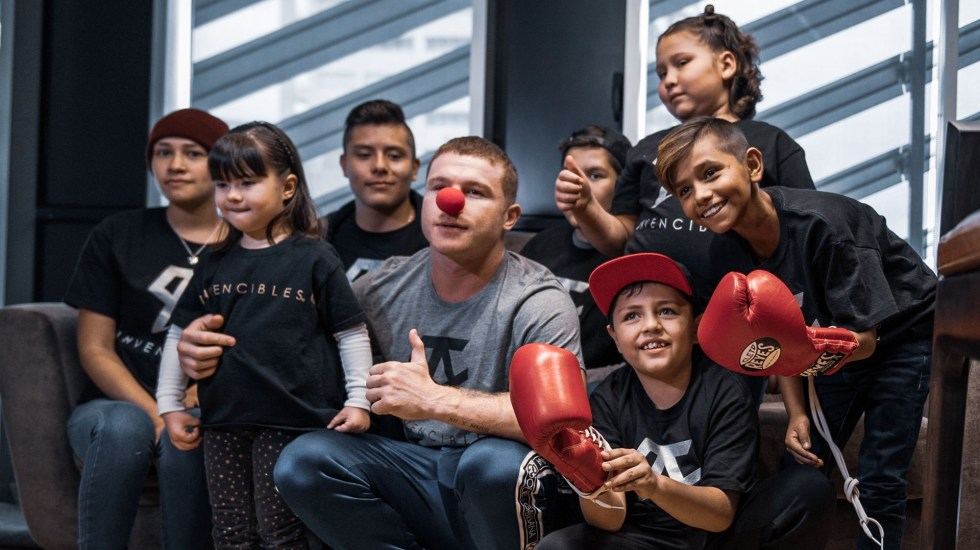 'Canelo' Álvarez ayuda a niños con cáncer en compra de medicamentos - 'Canelo' Álvarez con niños enfermos de cáncer. Foto de @NARIZROJAAC