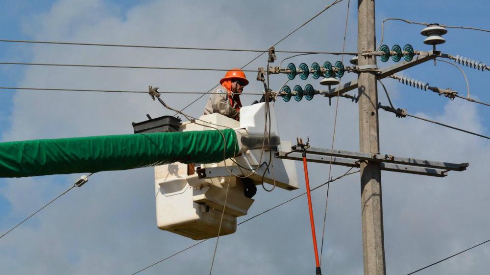 """AMLO defiende iniciativa de reforma a la industria eléctrica. """"Se tiene que poner orden"""", asevera - Trabajador de CFE. Foto de CFE"""
