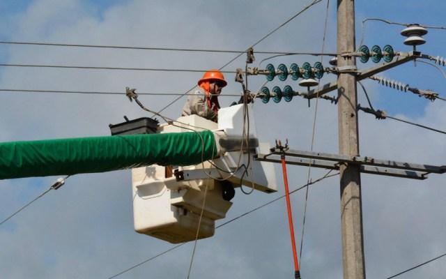 CFE desplega operativo para restablecer suministro de electricidad en Nuevo León y Tamaulipas tras paso de Hanna - Trabajador de CFE. Foto de CFE