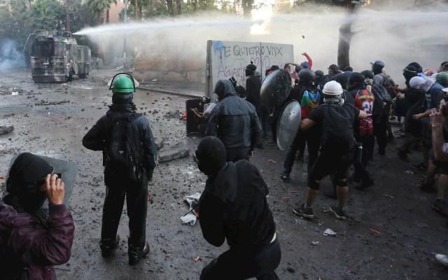 Nuevas protestas en Chile tras polémica restitución de gobernador - Chile protestas manifestación policías