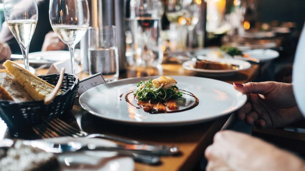 Comer menos retrasa el envejecimiento, revela estudio - Foto de Jay Wennington @jaywennington