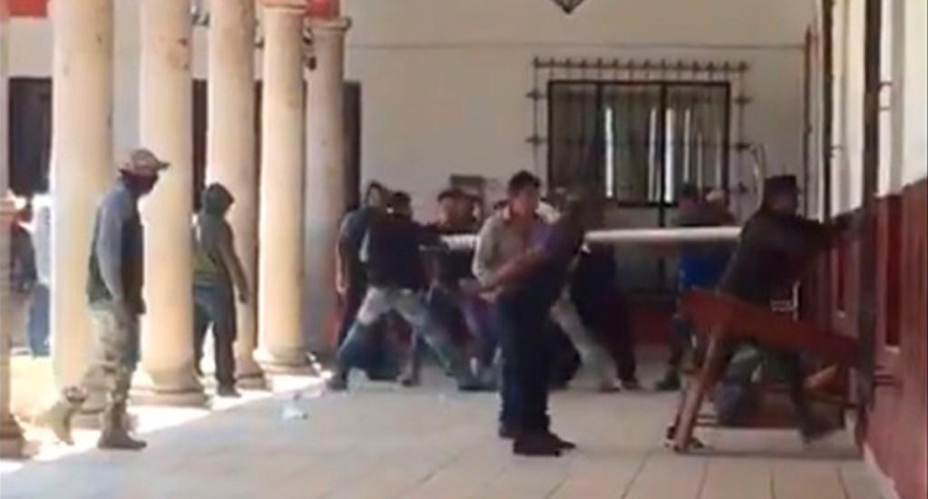 #Video Comuneros denuncian detención arbitraria en Paracho tras vandalizar alcaldía - Comuneros de Cherástico vandalizan Presidencia Municipal de Paracho. Captura de pantalla