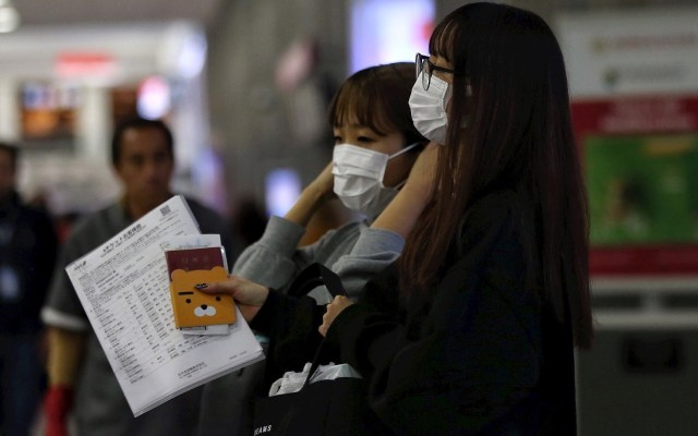 Científicos mexicanos trabajan en estrategias de detección del coronavirus - Un grupo de personas usa cubrebocas durante su arribo al Aeropuerto Internacional de Ciudad de México. Foto de EFE/Sáshenka Gutiérrez.