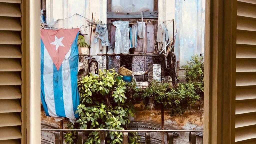 Cubanos piden a Trump retomar la migración - Cuba bandera