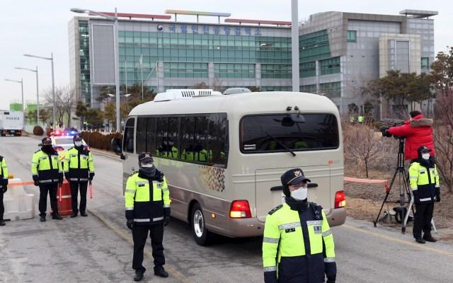 Cuarentena del Diamond Princess termina con 542 contagios y muchas dudas - Un autobús que traslada a seis surcoreanos y un cónyuge japonés evacuados del crucero en cuarentena Diamond Princess en Japón, entra en un centro de cuarentena estatal en Incheon, Corea del Sur, el 19 de febrero de 2020. El grupo salió de Japón en un avión presidencial de Corea del Sur desde el aeropuerto de Haneda, en Tokio, ese mismo día. foto Foto de EFE/EPA/YONHAP.