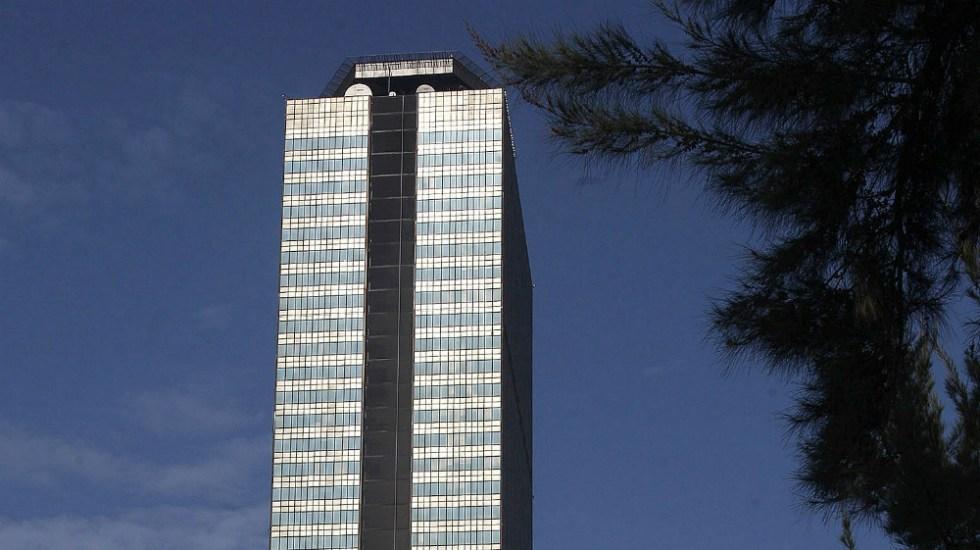 Ingresos en Pemex por exportaciones caen casi 50 por ciento en abril - En la foto, un edificio de Pemex. Foto de EFE