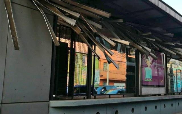 Tráiler daña el techo de una estación del Metrobús por tratar de esquivar bloqueo - Tráiler daña el techo de la estación El Rodeo del Metrobús por tratar de esquivar bloqueo