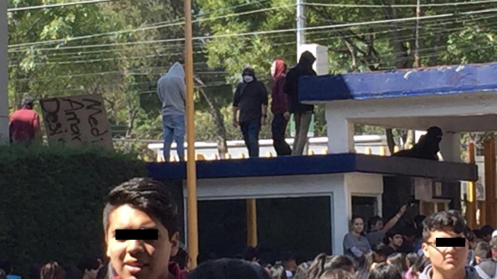 Encapuchados vuelven a tomar la Preparatoria 8 de la UNAM - Foto de @JBB_MX