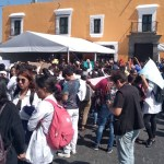 Estudiantes claman justicia tras asesinatos en Puebla - Estudiantes protestan afuera de la casa de gobierno de Puebla