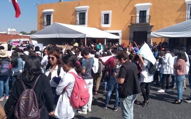 Protestan en casa de gobierno de Puebla tras asesinato de estudiantes y chofer - Estudiantes protestan afuera de la casa de gobierno de Puebla