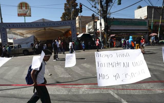 Senador de Morena acusa responsabilidad de padres en caso Fátima - Habitantes de la comunidad de Tulyehualco, en Ciudad de México, tienden un cordón con frases de apoyo a los familiares de la niña Fátima, hallada sin vida cerca del lugar, este lunes en México. Foto de EFE/ Sáshenka Gutiérrez