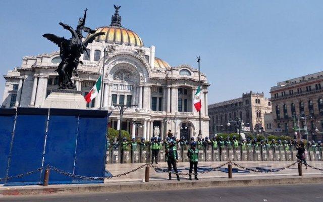 Por marcha feminista, SSC coloca vallas en Avenida Juárez - Elementos de la SSC colocan vallas en el Hemiciclo a Juárez y Palacio de Bellas Artes. Foto de @@abismada_