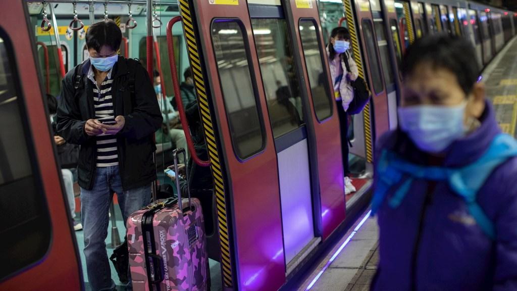 Confirman primera muerte en Hong Kong por coronavirus - Hong Kong coronavirus metro