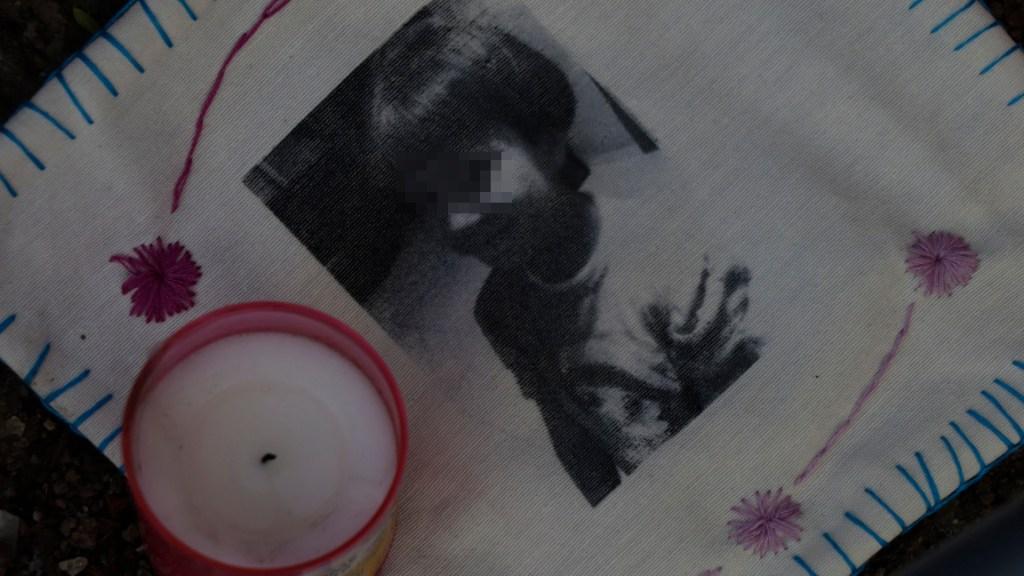 Trasladan a Atizapán a presuntos asesinos de Fátima - Imagen de Fátima junto a veladora en la antimonumenta de la Ciudad de México. Foto de Notimex