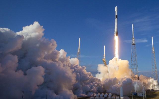 SpaceX retrasa lanzamiento de quinto lote de satélites - Lanzamiento de SpaceX. Foto de @SpaceX